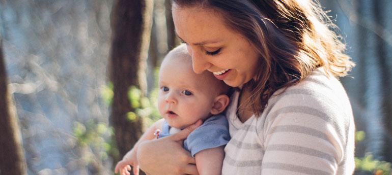 Mujer sosteniendo a un bebé