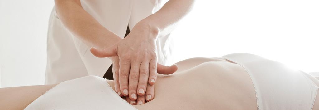 Técnicas viscerales, manos de ostéopata tocan el abdomen de un paciente